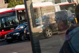 Un autobús urbano de Barcelona atropella a un peatón y continúa su ruta
