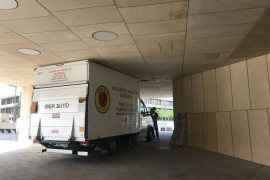 Un camión queda encajado en el Palacio de Congresos