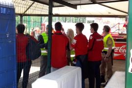 Obligan a aficionados del Mallorca a ocultar sus camisetas en Anduva