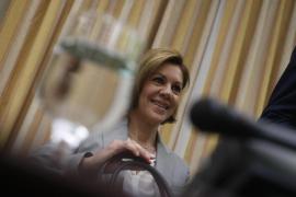 Cospedal acusa a Podemos de «machismo asqueroso» por mencionar a su marido