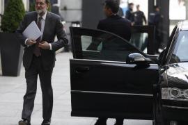 Rajoy es recibido en el pleno con prolongado aplauso de la bancada popular