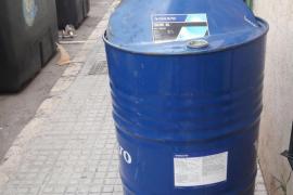 Abandono de un bidón de aceite de motor en plena calle en Palma