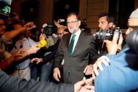 Rajoy se refugia con sus ministros en un céntrico restaurante durante el debate