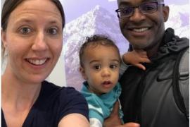 Impiden a una madre subirse a un avión por ser blanca