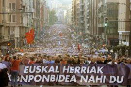 Una manifestación multitudinaria reclama en Bilbao «soluciones» para Euskadi
