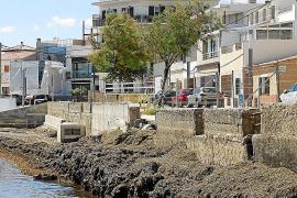 Los vecinos de Cala Gamba exigen que se arregle el paseo y eliminen las algas