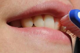 Un niño de 3 años, hospitalizado al borde de la muerte después de que su madre le cepillara los dientes con cocaína
