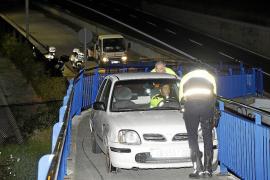 Un conductor huye de la policía tras encajar su coche en un puente peatonal en Palma