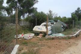 Abren expediente al dueño de una lancha que se alquilaba en una parcela de Llubí
