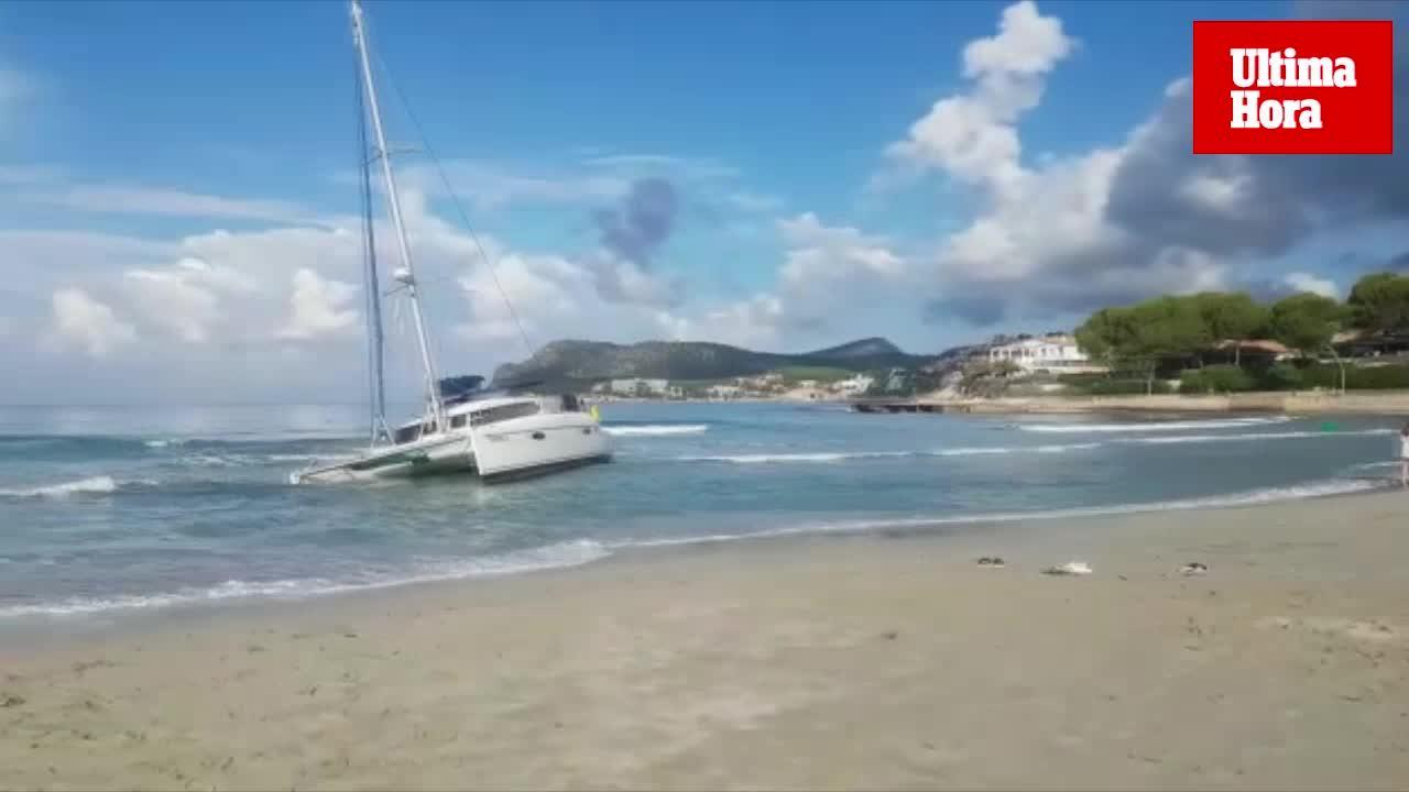 Expectación por un catamarán varado en la playa de Peguera