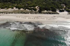 La playa de Es Murters, en Ses Covetes, pide «un mar sin plástico»