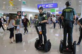 La Guardia Civil incorpora vehículos 'segway' para sus agentes del aeropuerto de Palma