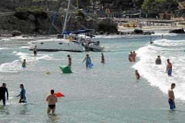 Retiran un catamarán que quedó varado junto a la playa en Peguera