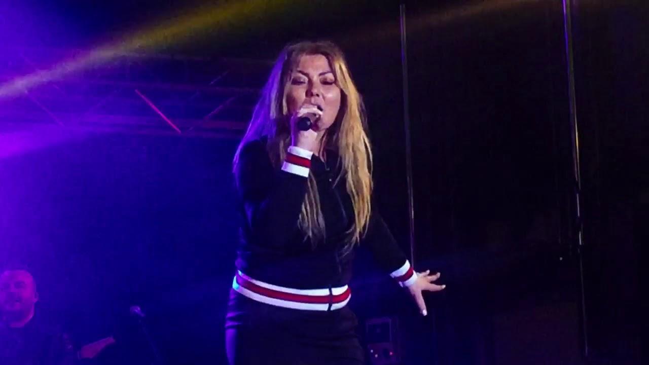 Acusan a Amaia Montero de salir a cantar borracha en un concierto