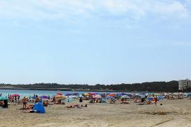 Cala Millor inicia la temporada turística sin haber adjudicado las hamacas y las sombrillas
