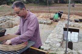 Descubren una plaza y nuevas tumbas y habitaciones en el yacimiento de Son Peretó