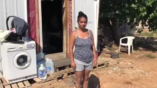 María vive con sus tres hijos y su nieta en un chamizo del barrio del Molinar