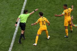 Francia se beneficia del primer penalti pitado con VAR y gana a Australia