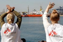 Un «impresionante» aplauso recibe al 'Aquarius' en el puerto de Valencia