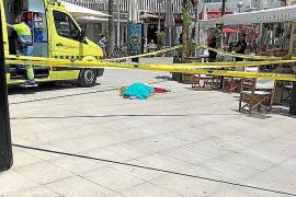 Fallece un turista alemán de 52 años tras caer desplomado en la calle 'del jamón' de Palma