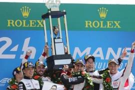 Alonso gana las míticas 24 Horas de Le Mans