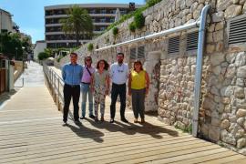 Instalan una pasarela de madera en la playa de Cala Major para las personas con movilidad reducida