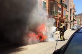 Los bomberos sofocan el incendio en un coche aparcado en Palma