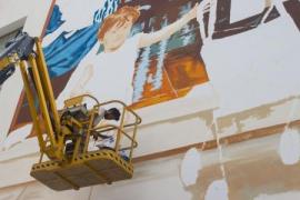 Un mural de Joan Aguiló homenajea al poeta Josep Maria Llompart en el CEIP Jafudà Cresques