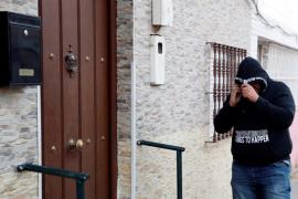 José Ángel Prenda regresa de madrugada a su domicilio del barrio sevillano de Amate