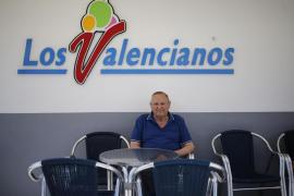 Antonio sentado en una de las mesas de 'Los Valencianos'.