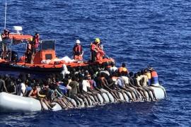 Malta entrega alimentos al 'Lifeline', que continúa sin puerto de acogida.