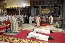 La ordenación de dos sacerdotes llena de fieles la Catedral de Mallorca