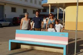 Alcúdia, Pollença y Sa Pobla pintan la bandera 'trans' en bancos de sus plazas y calles