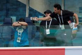 Maradona, protagonista en el palco del Nigeria-Argentina