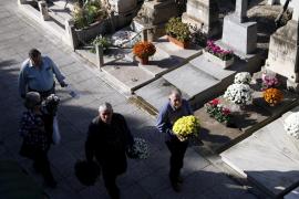 Miles de personas acuden a los cementerios para recordar a sus antepasados