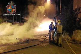 Los pirómanos vuelven a actuar de noche y queman diez contenedores en Palma