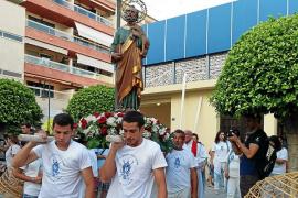 Los pescadores honran con sus barcas al patrón Sant Pere