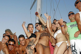El Govern prohibirá los 'party boats' en gran parte de las aguas del litoral balear