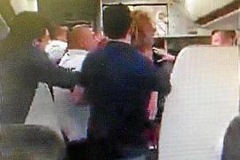 Reducido un turista borracho que agredió a un tripulante en un vuelo entre París y Palma