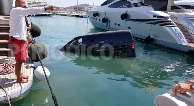 Vídeo | Una furgoneta se precipita y se hunde en un puerto deportivo de Ibiza