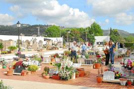 La Part Forana, fiel a la tradición, recuerda con  flores y velas a sus difuntos