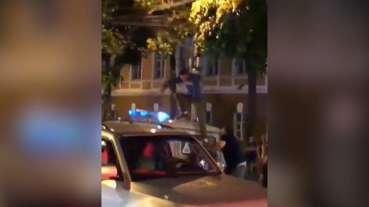 Brutal represión de unos policías rusos con un aficionado demasiado efusivo