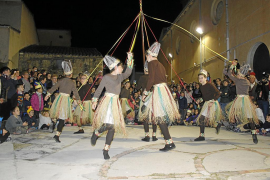 Ellas también quieren bailar las danzas de los Indis y los Moretons en Manacor