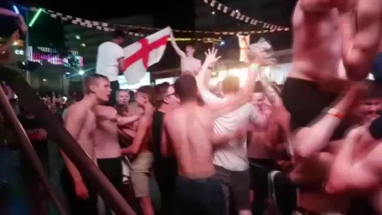 Los turistas ingleses celebran en Magaluf el pase de su selección