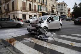 Una conductora se estrella contra la entrada de un banco en la Plaza Progrés de Palma