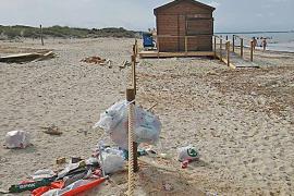 El incivismo llena de basura las playas del Parc Natural des Trenc