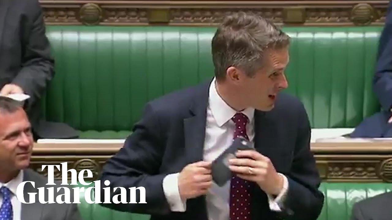 Siri se cuela en la intervención del ministro de Defensa británico mientras habla sobre Siria