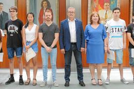 El Consell d'Eivissa recibe a los alumnos que participaron en las olimpiadas de la UIB