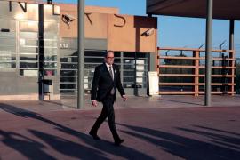 Torra visita a los presos tras su llegada a Cataluña y reclama su libertad