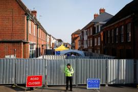 Los dos británicos en estado crítico se intoxicaron tras manipular un objeto